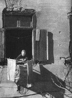 Plaka, 1951 - Dimitris Harisiadis Line Photography, Greece Photography, Vintage Photography, Old Pictures, Old Photos, Greek Independence, Greek History, Greek Culture, Famous Photographers