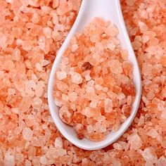 Himalayan salt is the purest salt in the world. This salt is unique salt which has a long history. In ancient Korea, this salt was used as a medium of exchange, in addition to gold coins, while in ancient Rome; this salt was used as a means of payment. Himalayan Sea Salt, Himalayan Salt Crystals, Healthy Life, Healthy Eating, Healthy Salt, Healthy Sleep, Healthy Food, Pink Sea Salt, Natural Pesticides