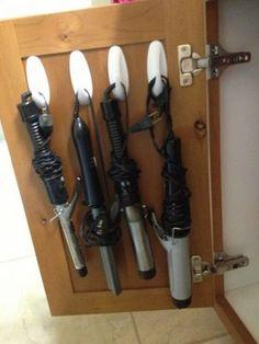 扉で開けるタイプの棚の場合は、フックを付けて扉も収納場所として活用しましょう!こんがらがってしまいがちなヘアアイロンなどもフックにコードをひっかければサッと取り出せて場所も取らずに収納できます。