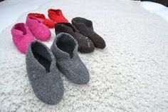Huopatossut jalkaan, joulu voi alkaa. Satunnaisesti puikoilla - käsityöblogi. #neulonta #huovutus