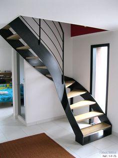 tr s bel escalier en bois de style ancien avec marches d bordantes en ch ne rambarde en fer. Black Bedroom Furniture Sets. Home Design Ideas