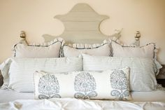 Tired of your bedroom? A good-looking headboard can turn a dull bedroom into a stylish sanctuary. Check out these 21 DIY headboard ideas to spruce up your bedroom! Mantel Headboard, Faux Headboard, Headboard Shapes, Antique Headboard, How To Make Headboard, Cushion Headboard, Bed Frame And Headboard, Diy Headboards, Headboard Ideas