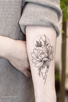 Wrist Tattoos, Cute Tattoos, Body Art Tattoos, Small Tattoos, Flower Tattoo Designs, Flower Tattoos, Water Lily Tattoos, Bild Tattoos, Botanical Tattoo