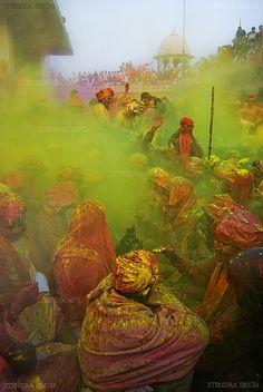 """Holi Festival in India http://www.facebook.com/Mikrotour/posts/591811870831506? Oggi a Jaipur in India.... Holi: Festa dell'acqua che si tiene in occasione di Dol Purnima (luna piena) per celebrare l'inizio della primavera. Le genti festeggiano la primavera di """"Holi"""" lanciandosi contro fiori, palle di polvere colorate e acqua colorata."""
