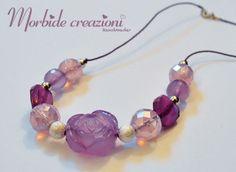 Collana con perle e cordino in tonalità del lilla