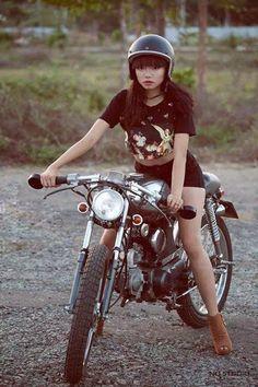 Cars and motorcycles Lady Biker, Biker Girl, Cafe Racer Girl, Easy Rider, Vintage Motorcycles, Car Girls, Cool Bikes, Bobber, Motorbikes