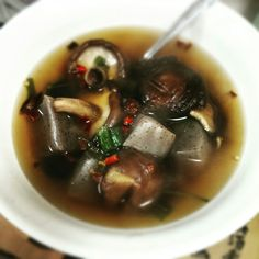 After the gym, keep it healthy... hot soup of mushrooms and konjaku with fresh parsley, negi, black pepper, red sweet dry peperoni and tsuyu... ahhhh