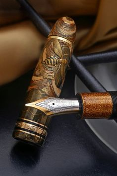 ≗ The Bee's Reverie ≗ carved bee fountain pen. Bee someone with this pen… Stylo Art, Ideas Joyería, Vintage Pens, Writing Pens, Writing Letters, Calligraphy Pens, Dip Pen, Fountain Pen Ink, Penmanship