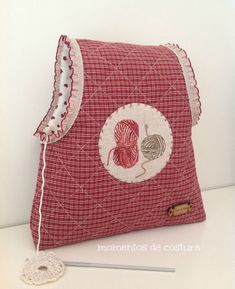 Momentos de Costura: Tutorial bolsas guarda labores de ganchillo Coin Couture, Yarn Bag, Fabric Gift Bags, Work Bags, Creation Couture, Love Crochet, Knitted Bags, Fabric Crafts, Purses And Bags