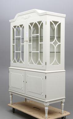 Gustavianskt vitrinskåp Spröjsade och glasade dörrar samt kanter. Höjd 173 cm, längd 107 cm, bredd 43 cm.
