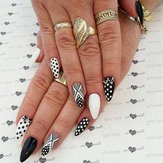 Klasyczne zestawienie białego i czarnego zawsze jest w modzie.  Nails by Zuza, Studio NailSpa, SPN Team Wrocław