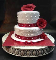 Verlovingstaart/bruidstaart met handgemaakte fondant rozen, suikerparels. Gevuld met dulche de leche, caramelganache en swiss merengue botercreme met opgeklopte ganache gemengd. / Engagement / wedding cake with handmade fondant roses.