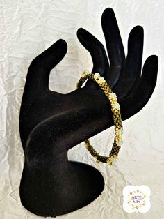 INDIRA è un bracciale semirigido intero  che ricorda l'India è realizzato con : perline di precisione Delica colore verde oliva metallico, Rocaille oro, 20 bicono in cristallo Swarovski colore crisolite.