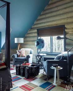 Фрагмент спальни хозяев. Потолок обит небесно-голубой тканью Manila Hemp, Phillip Jeffries.