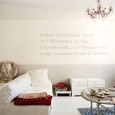 Dans le salon blanc de Clorinde Méry, les murs à larges rayures pastel créent un cadre très doux pour des objets du monde entier (une Marianne sur un bas-relief en plâtre, un grand plateau marocain couleur argent posé sur un piétement en bois repeint en blanc...). Inscrite au mur, une phrase tirée d'un roman invite à la reverie et au repos pour accentuer l'esprit poétique du lieu. Cette façon de mixer les influences et de combiner les trouvailles, Clorinde Méry les doit à son âme et à son…