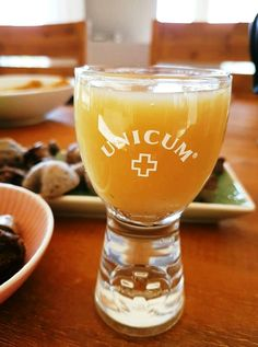1.) A vizet forrald fel, add hozzá a gyömbért és a borsmentát, és lefedve hagyd állni 30 percig. 2.) Ezután szűrd le, töltsd üvegbe, add hozzá a citromleve...