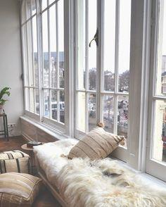 INTERIOR_ white windows, white and cozy interior