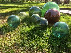 Kuglerne skal bruges i et spejlbassin... med sortmalet inderside, for at fremme flotte spejlinger.. Outdoor Ideas, Outdoor Decor, Bruges, Porches, Stepping Stones, Outdoor Gardens, Fairy Tales, Abs, Green