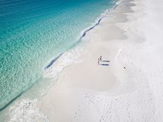 From Australia's Lucky Bay and Hyams Beach to tropical islands in the middle of the Pacific Ocean, here's where to find beaches with the whitest sand. Western Australia, Australia Travel, Jervis Bay Australia, Best Travel Guides, Travel Tips, Australian Beach, Seaside Village, Guinness World, Beaches In The World