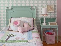 A cama e o criado-mudo do quarto de Ana Rita, de 3 anos, acompanham três gerações. A avó começou a usar o conjunto em 1962. A ideia de recuperar os móveis foi do tio, o arquiteto Gustavo Calazans