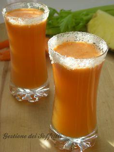 Centrifugato di ananas, carote e sedano: depurativo e rinfrescante, perfetto per iniziare bene la giornata o per una sana merenda.