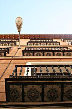 La lámpara y los balcones de Madrid, España.