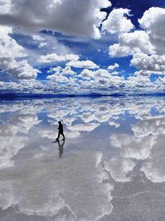 Salar de Uyuni #Bolivia. I want to see the mirrored desert.-------いつか行きたいボリビア・ウユニ塩湖。旅行で行った友達に写真を見せてもらったけど、本当にキレイ!