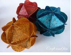 Un'idea per fare le palline di Natale con carta riciclata dalle scatole cereali, riso, pasta o simili