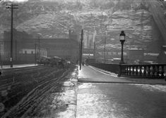 Notice the Monongahela Incline in the background of this photo of a wintery Smithfield Street in January 1903 Pittsburgh Skyline, Pittsburgh Pa, Pittsburgh Neighborhoods, Old Pictures, Old Photos, Strange History, History Facts, History Timeline, Mount Washington
