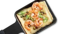 Fritz Raclette cheese with shrimp and sour cream -add capers and green onions Fondue Raclette, Raclette Cheese, Raclette Party, Fondue Party, Scampi, Tapas, My Favorite Food, Favorite Recipes, Cheese Potatoes