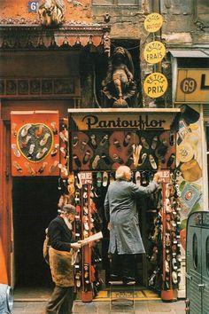 """""""Pantouflor"""", 69 rue du Temple Photo Willy Ronis 1966 (cette devanture superbe d'une ancienne boucherie chevaline, a quelque peu été modifiée...)"""