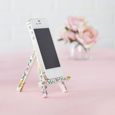 Cell Phone Cases - Create this floral easel for electronics and keep your cell phone on display. - Welcome to the Cell Phone Cases Store, where you'll find great prices on a wide range of different cases for your cell phone (IPhone - Samsung) Diy Iphone Stand, Diy Tripod Iphone, Diy Cell Phone Stand, Craft Stick Crafts, Diy And Crafts, Support Telephone, Cell Phone Holder, Phone Cases, Iphone Holder