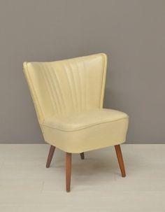 Hip cocktail fauteuiltje te koop uit de jaren '50 / fifties.  Een cocktail chair bekleed met crème-kleurige skai in een stoere retro stijl. De pootjes zijn van hout.    Fauteuil verkeert in goede vintage staat! Dus geen scheuren etc, en ook de vulling is nog goed.     Afmetingen: B58 x D70 x H 71 cm, zithoogte 37 cm, zitdiepte 46 cm  Prijs: 100 euro