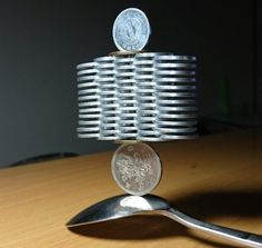 Un japonez face furori pe Internet după ce a construit structuri incredibile de monede ce par a sfida gravitaţia - Universul by Lovendal - Secrete, conspiratii, lucruri inedite din istorie, stiinte, arta si parapsihologie