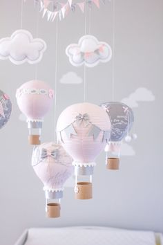 Hot air balloon baby mobile travel theme nursery nursery globos de aire c. Baby Nursery Diy, Baby Nursery Themes, Girl Nursery, Nursery Decor, Baby Set, Baby Shawer, Balloon Show, Hot Air Balloon, Travel Theme Nursery