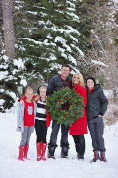 christmas pictures family outdoor, snow family pictures, family c Snow Family Pictures, Winter Family Photos, Family Pics, Holiday Pictures, Family Posing, Fall Family, Winter Family Photography, Christmas Photography, Photography Ideas