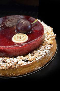 Tarte cerise. Merci à nos artisans pâtissiers de nous ravir les yeux et les papilles avec un dessert si gourmand. L'Atelier