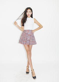 【DARK VICTORY】ひとつひとつ手書きで描かれたようなプリントが魅力的なスカート*♪ 総柄だけど、色味は抑えているので1枚でも着やすいデザインにしています。 サイドジップにバックウエストゴム仕様でフロントデザインがもたつかずすっきり仕上がります。
