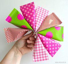 Zelf traktatie zakjes maken? Cadeaupapier heb je vast in huis. Met deze eenvoudige stap voor stap uitleg en tips lukt het altijd!