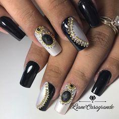 Dai  Manutenção e troca de arte Pedrarias lindas e de qualidade com a  @tata_customizacao_e_cia  Compras e orçamentos pelo site http://www.tatacustomizaçãoecia.com.br/  OUSE, MUDE E ALONGUE ® ☎(54) 3208.1699/(54) 99155.7903  #lianecasagrande #alongamentodeunhas #tudofeitoamao #pedrarias #nails #nailsart #nailsdesign #unhaspretas #unhasdecoradas #unhasdasemana #unhaslindas