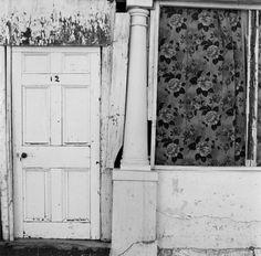 """Roger Ballen, """"Front Door"""" (1983) aus """"Dorps"""""""