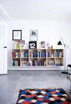 VEGGREOL: Kvadratiske reoler hengt opp på veggen er dekorativt og praktisk. Denne reolen er fra at-bo.dk, lignende kan fås hos Bolia. Gulvlampen heter Bestlite og fås blant annet hos Illums Bolighus.