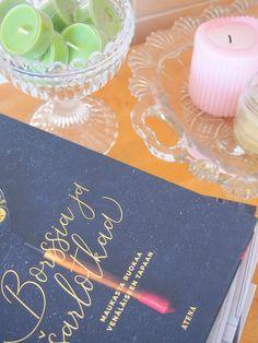 Jaana Virronen: Borssia ja šarlotkaa  Maukasta ruokaa venäläiseen tapaan   kustannus Atena  Että voikin kirja olla kaunis!   Jaana Virrosen Borssia ja sarlotkaa esittelee venäläisen keittiön klassikoita.   Upeat, tummasävyiset kuvat ovat myös kirjailijan. Ohjeiden seassa on mielenkiintoisia tarinoita ja pieniä juttuja. Äidiltä perityt reseptit heräävät henkiin perheen ruokatarinoiden myötä.   #kirjavinkki #ruokakirja