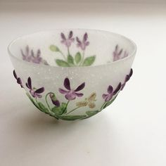 Painted Glass Bowl with Violets Design . Ceramic Clay, Porcelain Ceramics, Etiquette Vintage, Sweet Violets, Cast Glass, Vases, Chawan, Glass Design, Tea Set