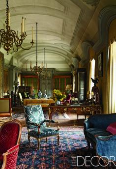 En el salón de este histórico castillo francés, propiedad del conde Jean de Ganay, los candelabros barrocos cuelgan de un techo diseñado por Mogens Tvede. El mobiliario incluye un sofá Luis XV y un sillón Louis XVI en color rojo. El escritorio y la biblioteca son de estilo Regency.