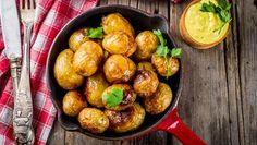 Kullanruskeat perunat sopivat vaikkapa sinappisillin kaveriksi. Copyright: Shutterstock. Pretzel Bites, No Cook Meals, Sprouts, Barbecue, Potato Salad, Potatoes, Lunch, Bread, Vegetables