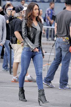 Megan Fox - Teenage Mutant Ninja Turtles 2 Set Photos - New York City, May Megan Fox Style, Outfits and Clothes. Megan Fox Fotos, Megan Fox Sexy, Megan Fox Style, Megan Denise Fox, Sexy Outfits, Cool Outfits, Casual Outfits, Girls Jeans, Mom Jeans