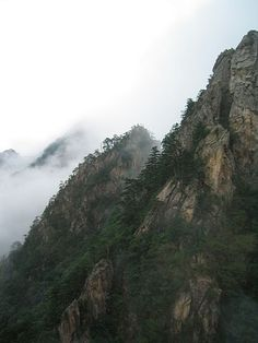Sorak Mountain, Korea The Ghost Inside, Korean Beauty, Asian Art, South Korea, Confused, Seoul, Places Ive Been, Birth, Scenery
