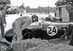 Monaco 1958 Problemi a Massenet per Cliff Allison mentre transita il compagno di squadra Hill.