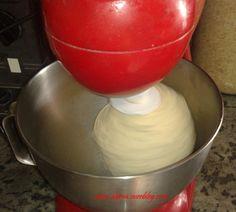 A la demande d'une lectrice de mon blog , Meriem, je vous poste ma recette de pâte magique. c'est une recette vraiment magique du fait qu'elle peut être utilisée comme pâte de base pour plusieurs recettes (pizza,pizza calzone, pain panini, pain de mie,...